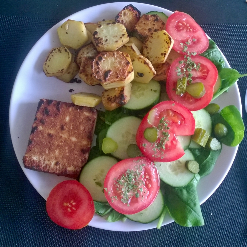 Smoked tofu with potatoes and salad